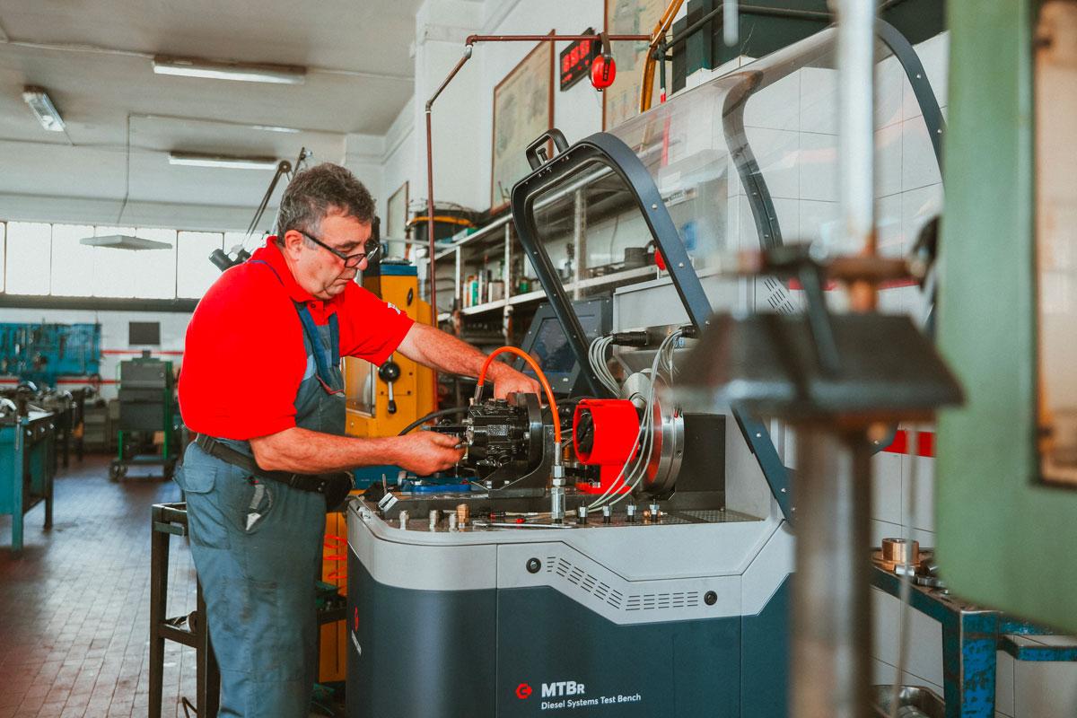 meccanico lavora su motore diesel a iniezione