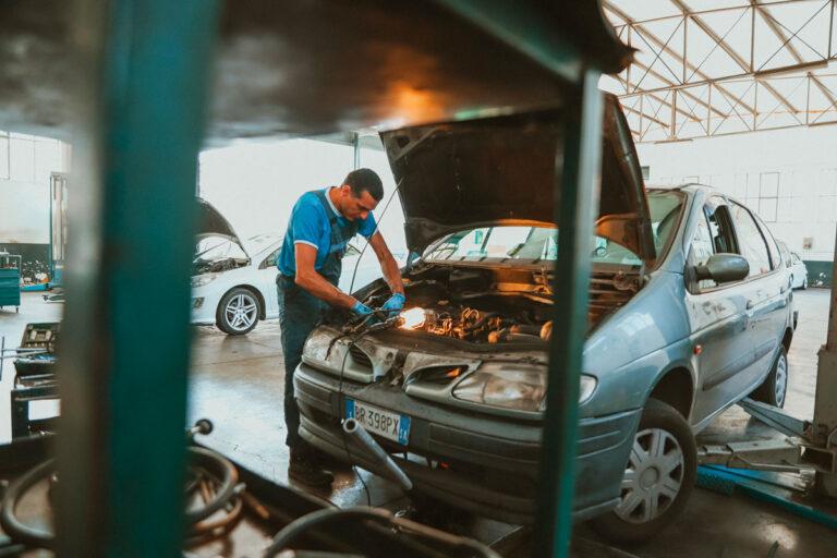 meccanico lavora su motore