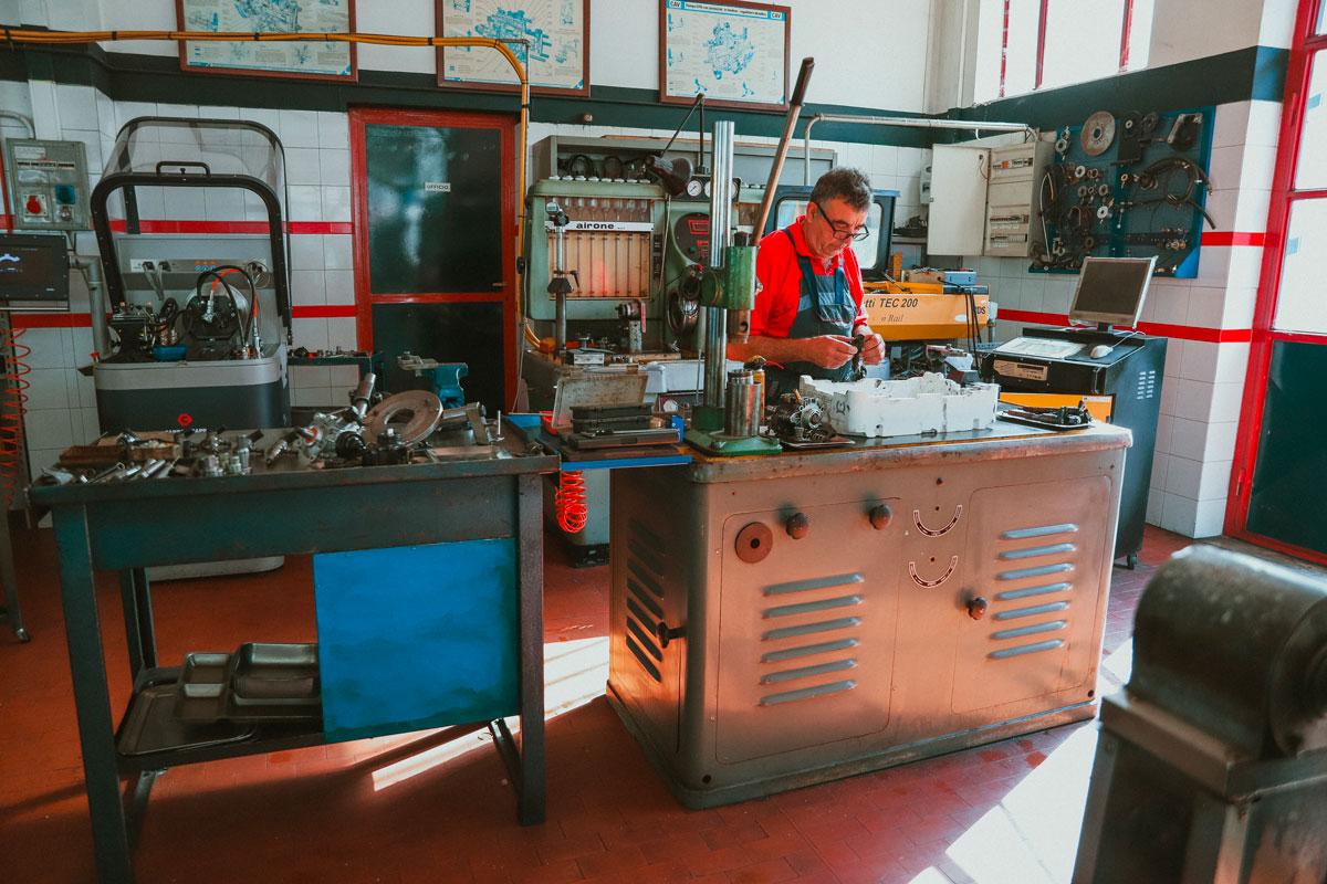 Meccanico officine con pezzi di ricambio